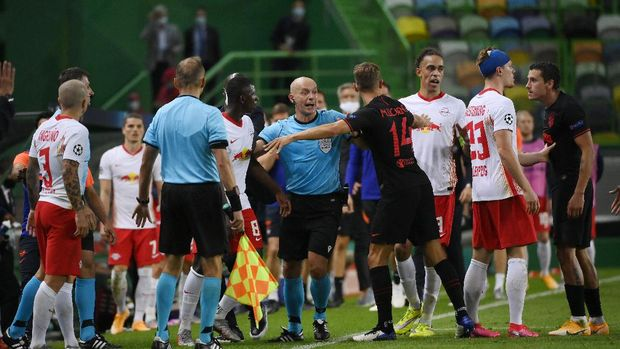 LISBON, PORTUGAL - AUGUST 13: Referee Szymon Marciniak separates Amadou Haidara of RB Leipzig and Marcos Llorente of Atletico de Madrid during the UEFA Champions League Quarter Final match between RB Leipzig and Club Atletico de Madrid at Estadio Jose Alvalade on August 13, 2020 in Lisbon, Portugal. (Photo by Lluis Gene/Getty Images)
