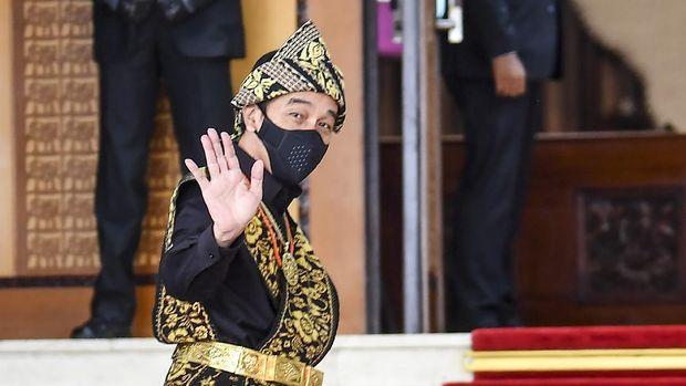 Presiden Joko Widodo melambaikan tangan ke arah wartawan saat tiba di lokasi sidang tahunan MPR dan Sidang Bersama DPR-DPD di Komplek Parlemen, Senayan, Jakarta, Jumat (14/8/2020). ANTARA FOTO/Galih Pradipta/pras.