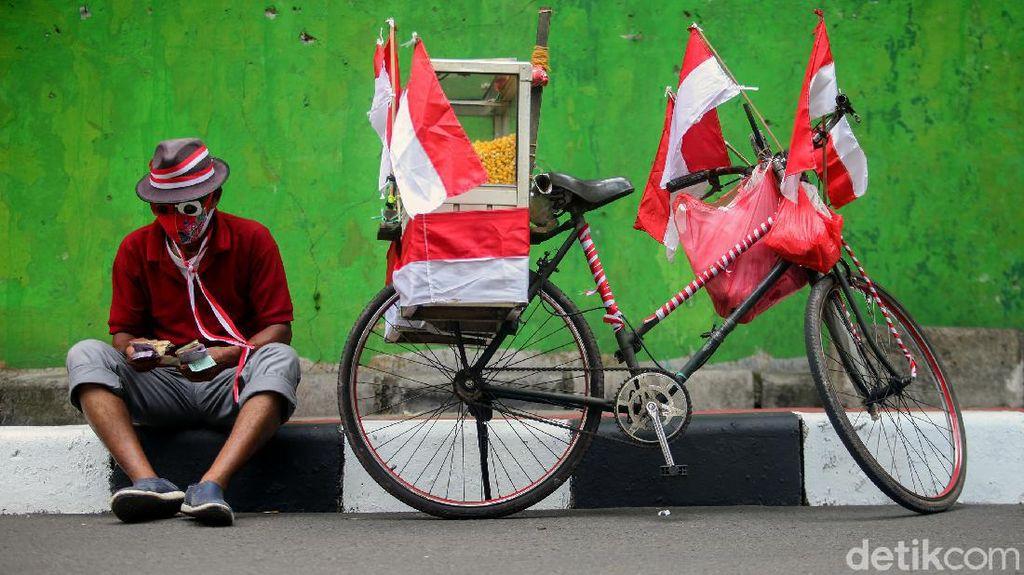 Songsong HUT RI, Pedagang Ini Hias Sepedanya dengan Tema Merah Putih