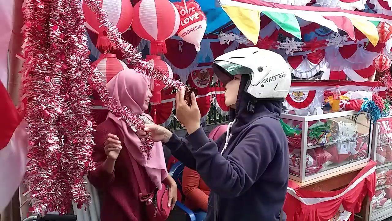 Tak Terpengaruh Corona, Penjualan Bendera di Surabaya Malah Berkibar