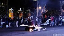 Tolak Omnibus Law, Massa Gejayan Memanggil Bakar Ban-Blokir Jalan