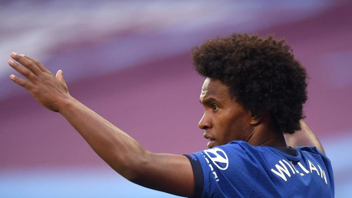 LONDON, ENGLAND - JULY 01: Willian of Chelsea reacts during the Premier League match between West Ham United and Chelsea FC at London Stadium on July 01, 2020 in London, England. Football Stadiums around Europe remain empty due to the Coronavirus Pandemic as Government social distancing laws prohibit fans inside venues resulting in all fixtures being played behind closed doors. (Photo by Michael Regan/Getty Images)
