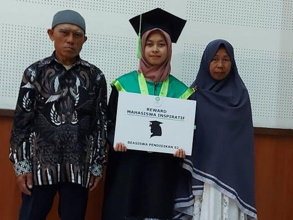 Kisah Anak Pedagang Gorengan Jadi Wisudawan Terbaik UIN Bandung