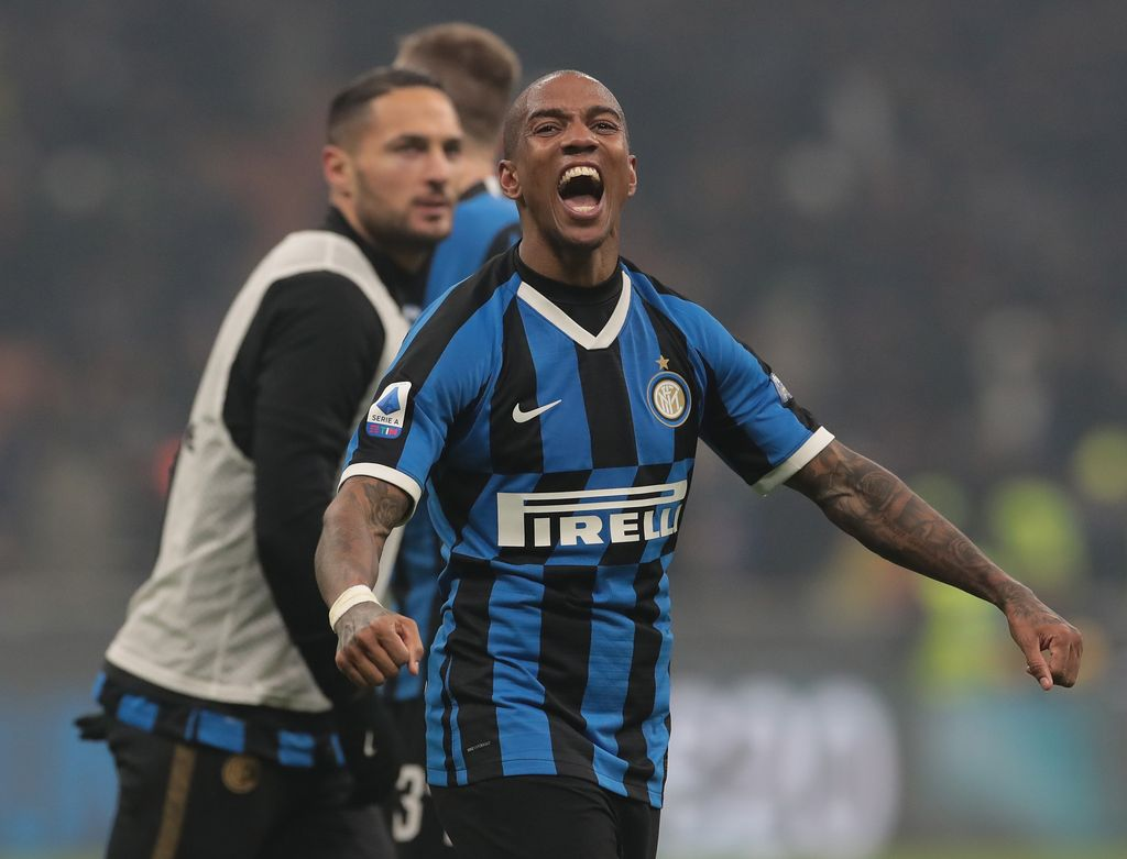 MILAN, ITALY - FEBRUARY 09:  Ashley Young of FC Internazionale celebrates the victory at the end of the Serie A match between FC Internazionale and AC Milan at Stadio Giuseppe Meazza on February 9, 2020 in Milan, Italy.  (Photo by Emilio Andreoli/Getty Images)