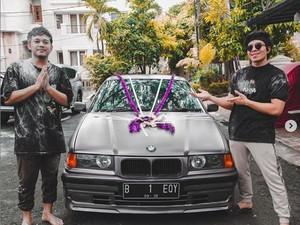 Bukan Endorse! Atta Halilintar Kasih Kado BMW Klasik ke Kru