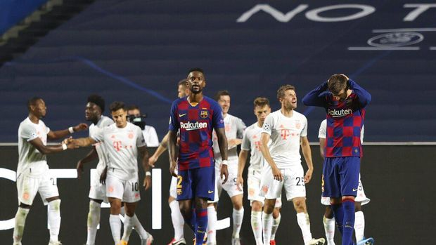 Barcelona's Gerard Pique, right, reacts after Bayern's Philippe Coutinho scored his side's seventh goal during the Champions League quarterfinal soccer match between Barcelona and Bayern Munich in Lisbon, Portugal, Friday, Aug. 14, 2020. (Rafael Marchante/Pool via AP)