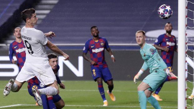 Bayern's Robert Lewandowski scores his sides sixth goal during the Champions League quarterfinal match between FC Barcelona and Bayern Munich at the Luz stadium in Lisbon, Portugal, Friday, Aug. 14, 2020. (AP Photo/Manu Fernandez/Pool)