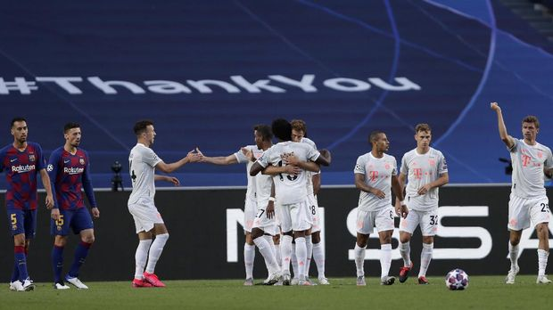 Bayern's Thomas Mueller, right, celebrates with teammates after scoring his sides first goal during the Champions League quarterfinal match between FC Barcelona and Bayern Munich at the Luz stadium in Lisbon, Portugal, Friday, Aug. 14, 2020. (AP Photo/Manu Fernandez/Pool)