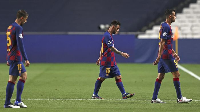 Barcelonas Lionel Messi, center, leaves he pitch at half time during the Champions League quarterfinal soccer match between Barcelona and Bayern Munich in Lisbon, Portugal, Friday, Aug. 14, 2020. (Rafael Marchante/Pool via AP)