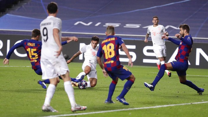 Bayerns Philippe Coutinho, center, scores his sides seventh goal during the Champions League quarterfinal match between FC Barcelona and Bayern Munich at the Luz stadium in Lisbon, Portugal, Friday, Aug. 14, 2020. (AP Photo/Manu Fernandez/Pool)