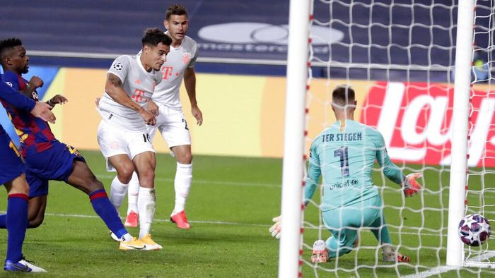 Bayerns Philippe Coutinho, center, scores his sides eight goal during the Champions League quarterfinal match between FC Barcelona and Bayern Munich at the Luz stadium in Lisbon, Portugal, Friday, Aug. 14, 2020. (AP Photo/Manu Fernandez/Pool)