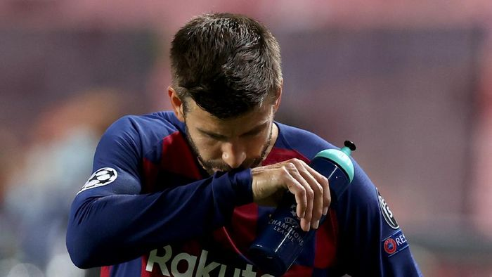 LISBON, PORTUGAL - AUGUST 14: Gerard Pique of FC Barcelona looks dejected following his teams defeat in the UEFA Champions League Quarter Final match between Barcelona and Bayern Munich at Estadio do Sport Lisboa e Benfica on August 14, 2020 in Lisbon, Portugal. (Photo by Rafael Marchante/Pool via Getty Images)