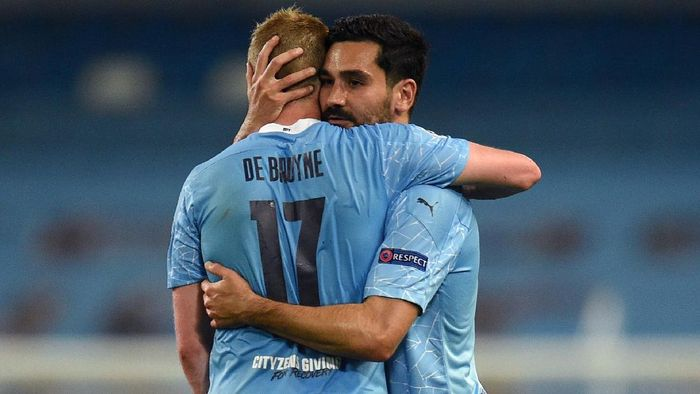 MANCHESTER, ENGLAND - AUGUST 07: Kevin De Bruyne of Manchester City embraces Ilkay Gundogan of Manchester City following the UEFA Champions League round of 16 second leg match between Manchester City and Real Madrid at Etihad Stadium on August 07, 2020 in Manchester, England. (Photo by Oli Scarff/Pool via Getty Images)