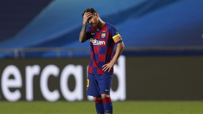 LISBON, PORTUGAL - AUGUST 14: Lionel Messi of FC Barcelona looks dejected during the UEFA Champions League Quarter Final match between Barcelona and Bayern Munich at Estadio do Sport Lisboa e Benfica on August 14, 2020 in Lisbon, Portugal. (Photo by Manu Fernandez/Pool via Getty Images)
