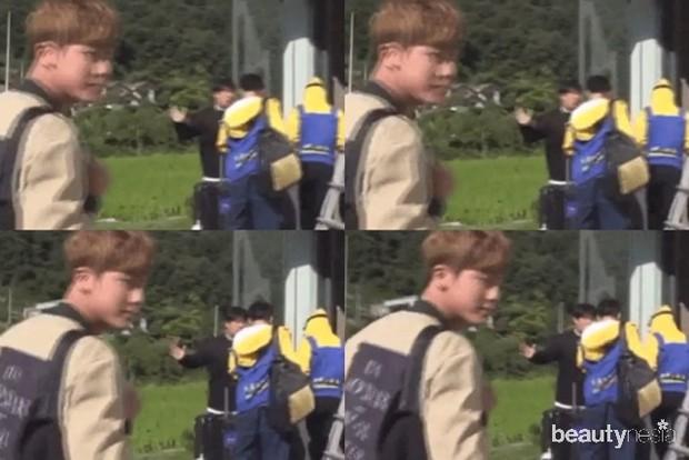 Mantan Manajer BTS Terlihat Mengangkat Tangan Seperti Mau Memukul Jungkook/ Foto: Koreaboo Edited by Beautynesia