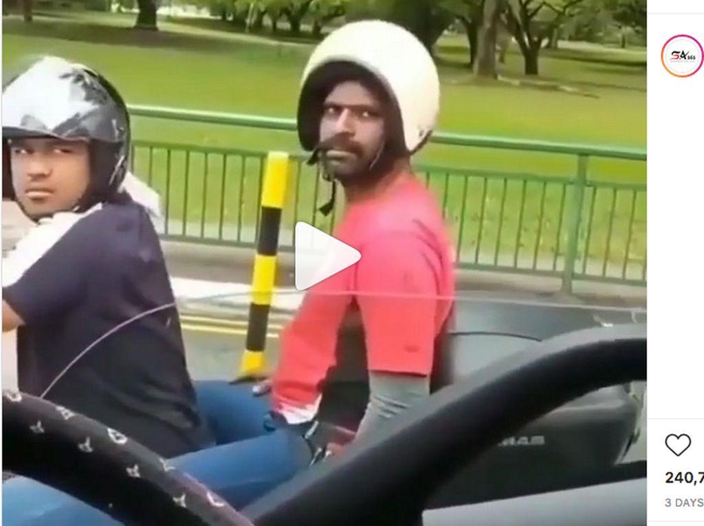 Lucu, Masih Ada Penumpang Motor Terbalik Pakai Helm