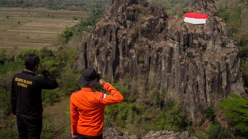 Bendera Merah Putih Dikibarkan di Puncak Bukit Sepikul Sukoharjo