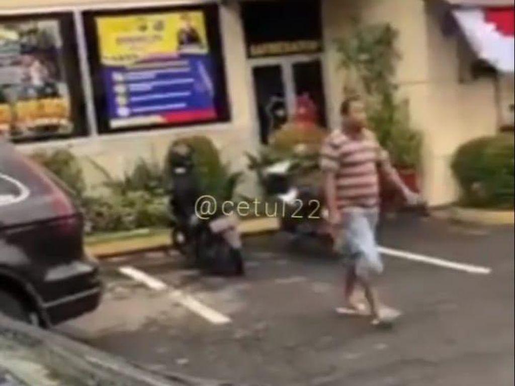 Detik-detik Pria Bawa Parang Masuk ke Polres Jember