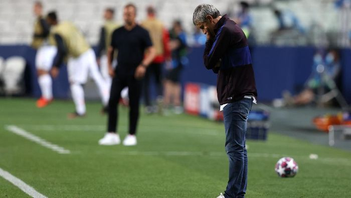 LISBON, PORTUGAL - AUGUST 14: Quique Setien, Head Coach of FC Barcelona looks dejected during the UEFA Champions League Quarter Final match between Barcelona and Bayern Munich at Estadio do Sport Lisboa e Benfica on August 14, 2020 in Lisbon, Portugal. (Photo by Rafael Marchante/Pool via Getty Images)
