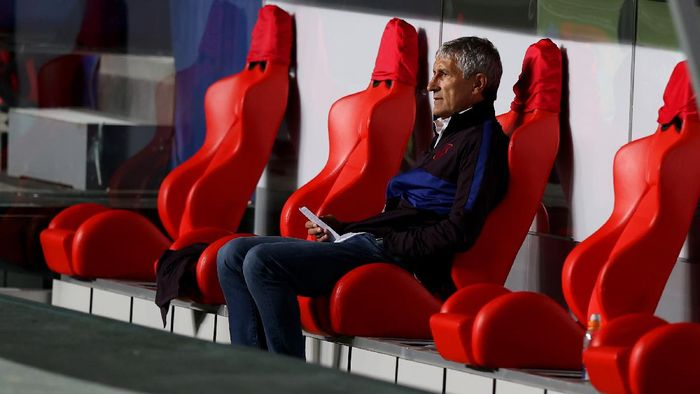 LISBON, PORTUGAL - AUGUST 14: Quique Setien, Head Coach of FC Barcelona looks on during the UEFA Champions League Quarter Final match between Barcelona and Bayern Munich at Estadio do Sport Lisboa e Benfica on August 14, 2020 in Lisbon, Portugal. (Photo by Rafael Marchante/Pool via Getty Images)