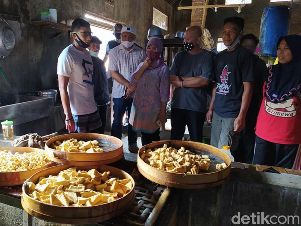 Momen Sandiaga Uno Kunjungi Pabrik Tahu di Magelang