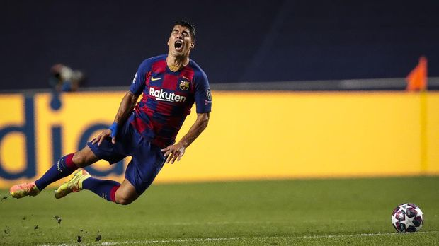 Barcelona's Luis Suarez grimaces after being fouled during the Champions League quarterfinal match between FC Barcelona and Bayern Munich at the Luz stadium in Lisbon, Portugal, Friday, Aug. 14, 2020. (AP Photo/Manu Fernandez/Pool)