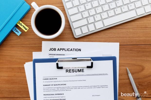 Selalu update resume atau CV dan portofoliomu agar kesempatan dilirik saat mencari pekerjaan semakin besar.