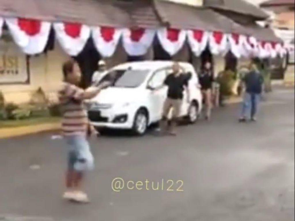 Viral Pria Bawa Parang Masuk ke Polres Jember