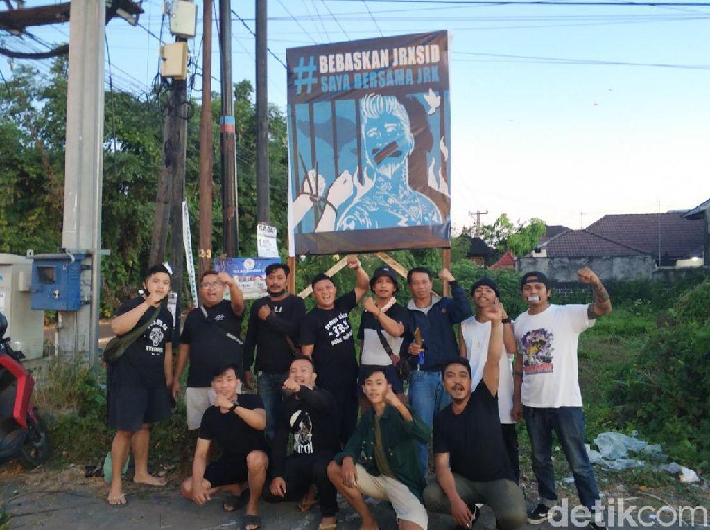 Baliho Bertuliskan Bebaskan Jerinx Mulai Bertebaran di Bali
