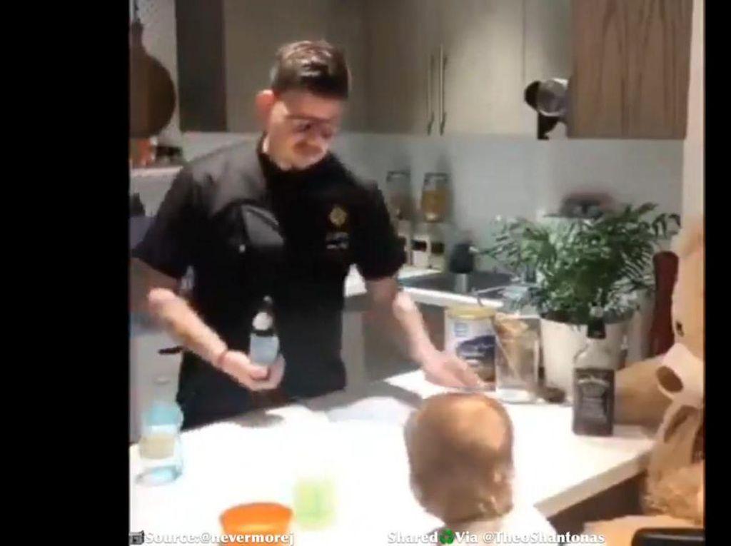 Bartender Gabut, Bergaya Bikin Koktail Pakai Susu Bayi
