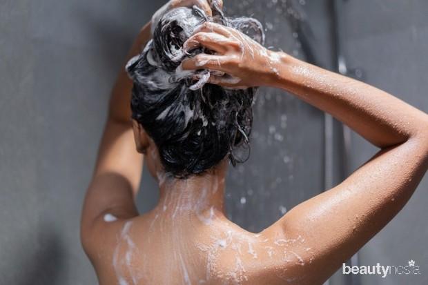 Bilas rambut dengan air hangat