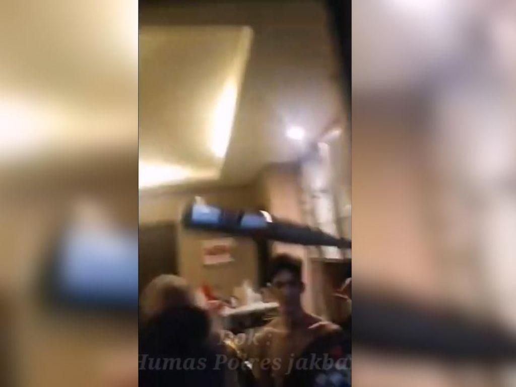 Video Anggota Polisi Dipukul Stik Baseball saat Penggerebekan Narkoba