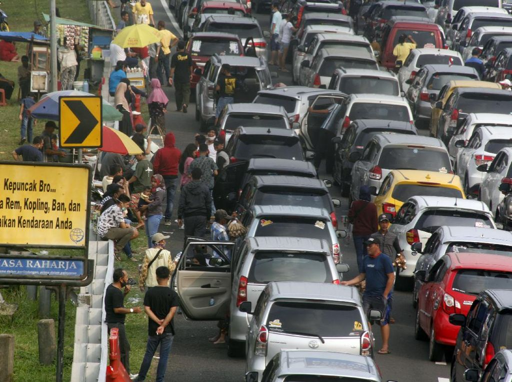 Macet Tak Terelak Kala Long Weekend di Puncak