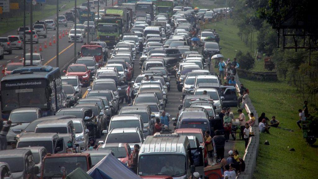Jalur Puncak Padat, Begini Cara Wisatawan Menunggu Kemacetan Reda