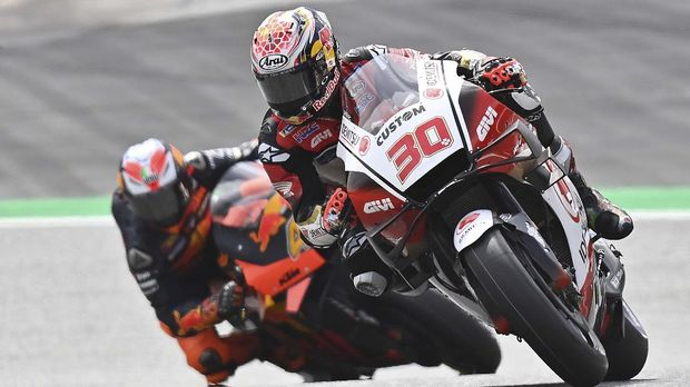 LCR Honda Idemitsu Japanese rider Takaaki Nakagami (r) and Red Bull KTM Factory Racing Spanish rider Pol Espargaro ride during the qualification of Moto GP Czech Grand Prix at Red Bull Ring circuit in Spielberg ,Austria on August 15, 2020. (Photo by JOE KLAMAR / AFP)