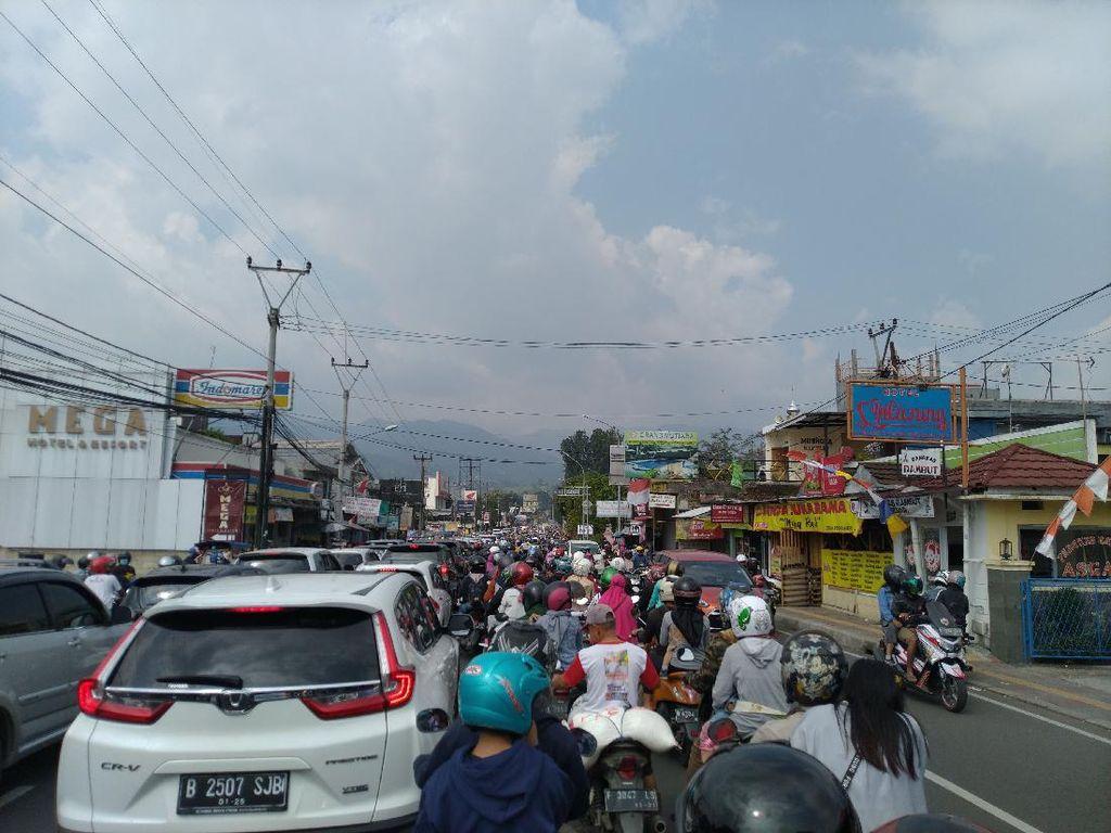 Penampakan Jalur Puncak Bogor Dipadati Mobil-Motor Pelat B