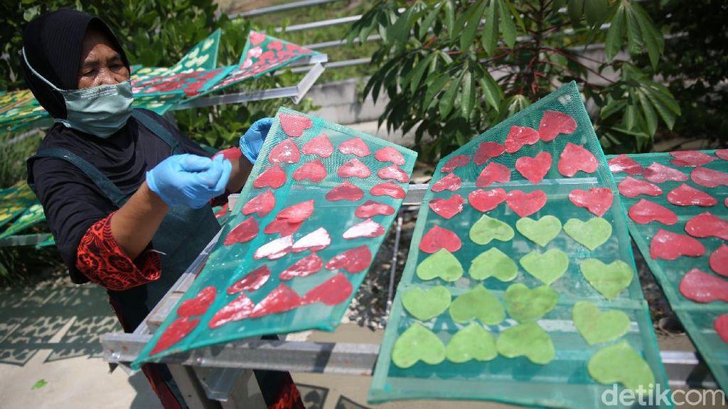 Melihat Pembuatan Kerupuk Pelangi di Karawang