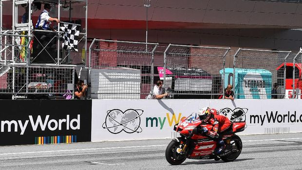 Ducati's Italian rider Andrea Dovizioso rides his bike to win the Moto GP Austrian Grand Prix at the Red Bull Ring circuit in Spielberg, Austria on August 16, 2020. (Photo by JOE KLAMAR / AFP)