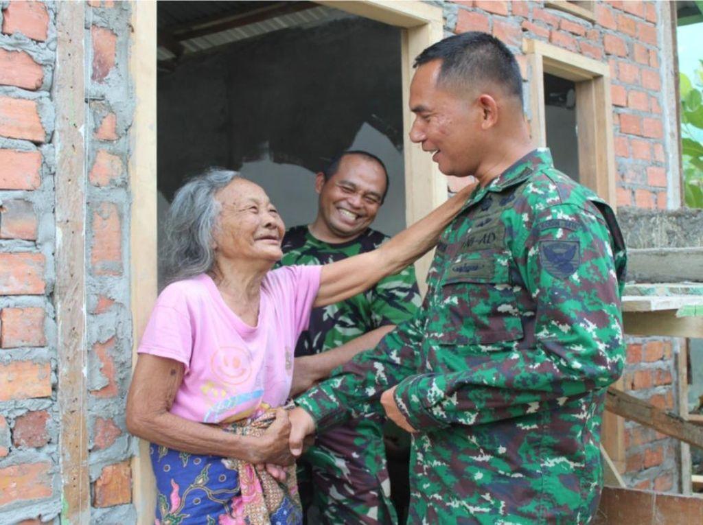 Senyum Nenek Mayuh, Janda Veteran di Jambi yang Dihadiahi Bedah Rumah TNI
