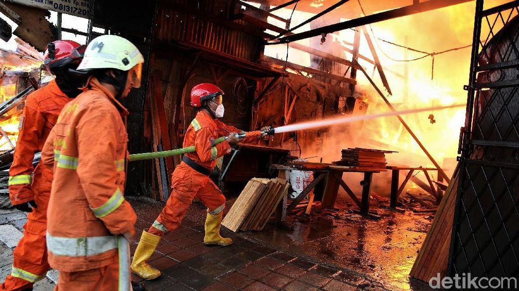 Potret Petugas Damkar Padamkan Api di Pondok Kopi