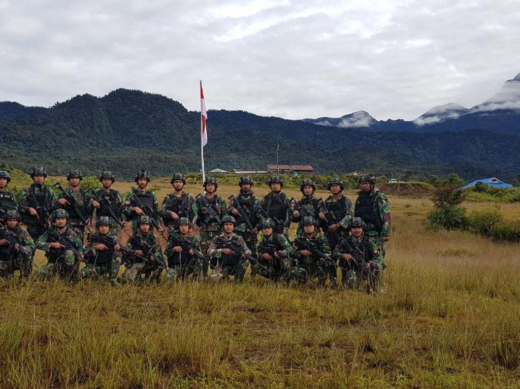 Jelang HUT RI Ke-75, TNI Kibarkan Merah Putih di Markas OPM