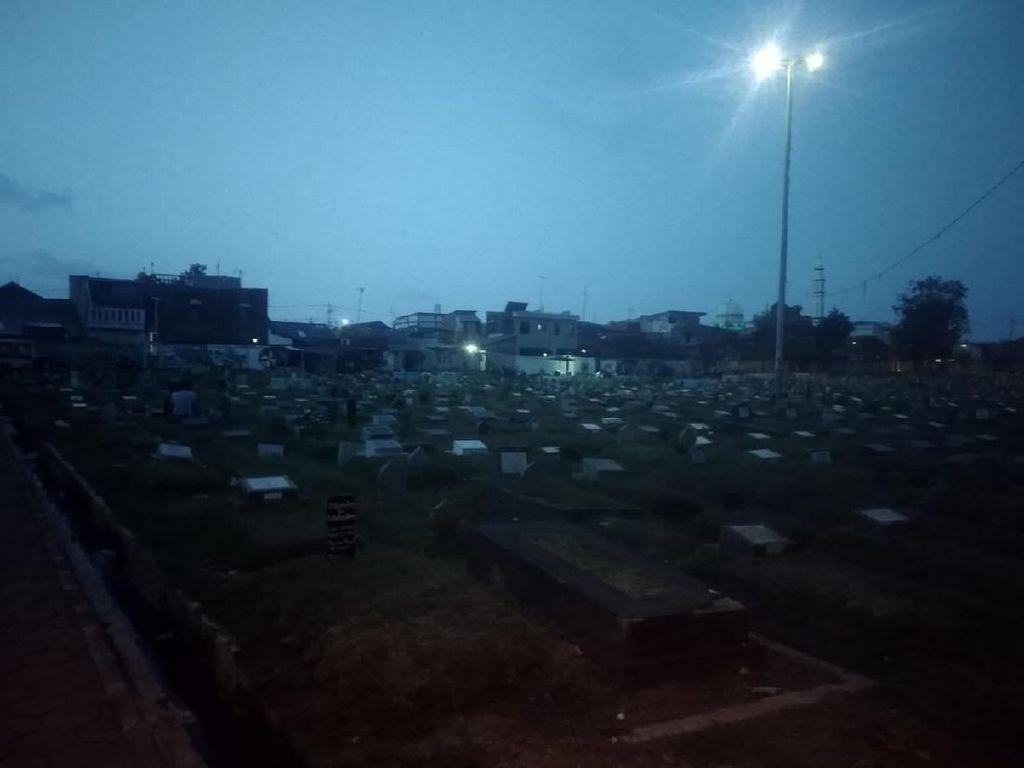 Saat Kuburan Jadi Tempat Nongkrong Gegara Tak Ada Lapangan