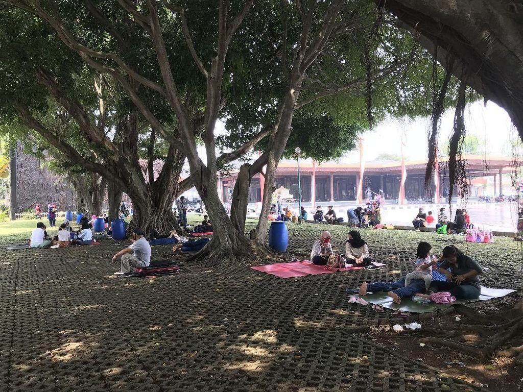 Long Weekend, Banyak Warga Ajak Keluarga Piknik di TMII