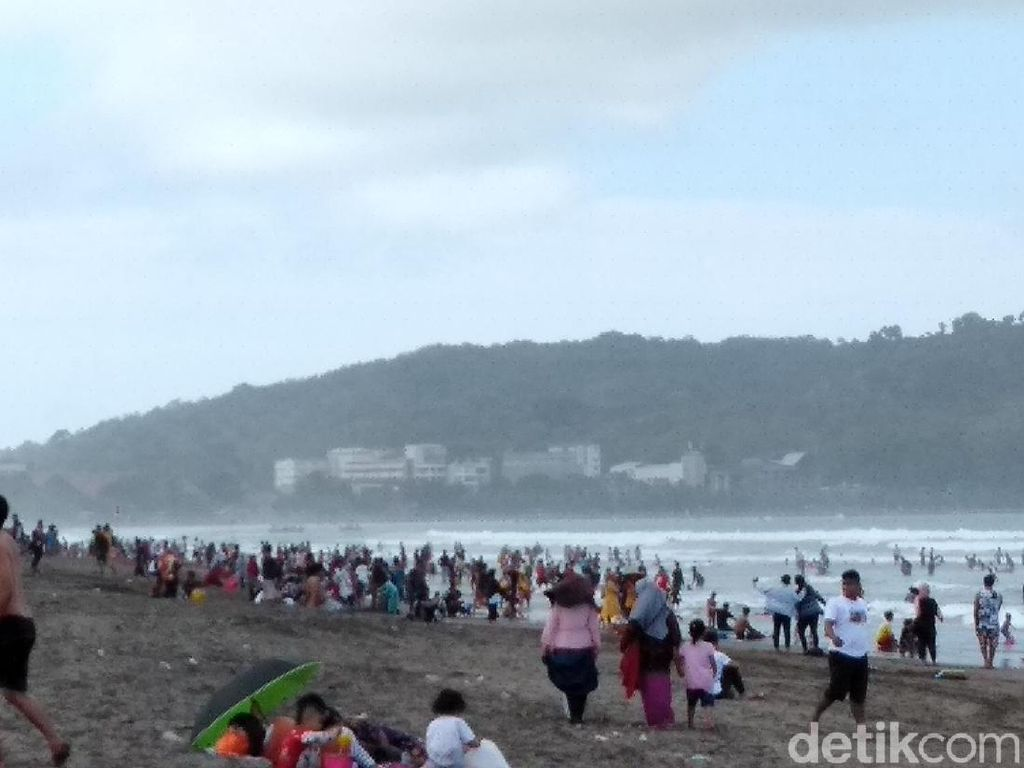 Libur Panjang, Ribuan Wisatawan Padati Pantai Pangandaran