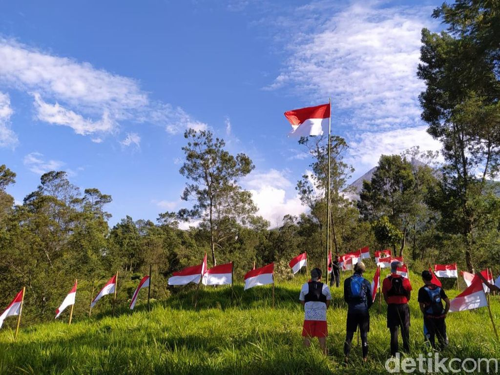 75 Bendera Merah Putih Dikibarkan di Lereng Merapi