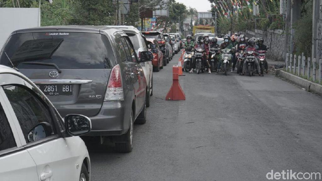 Antrean Kendaraan Mengular di Lembang