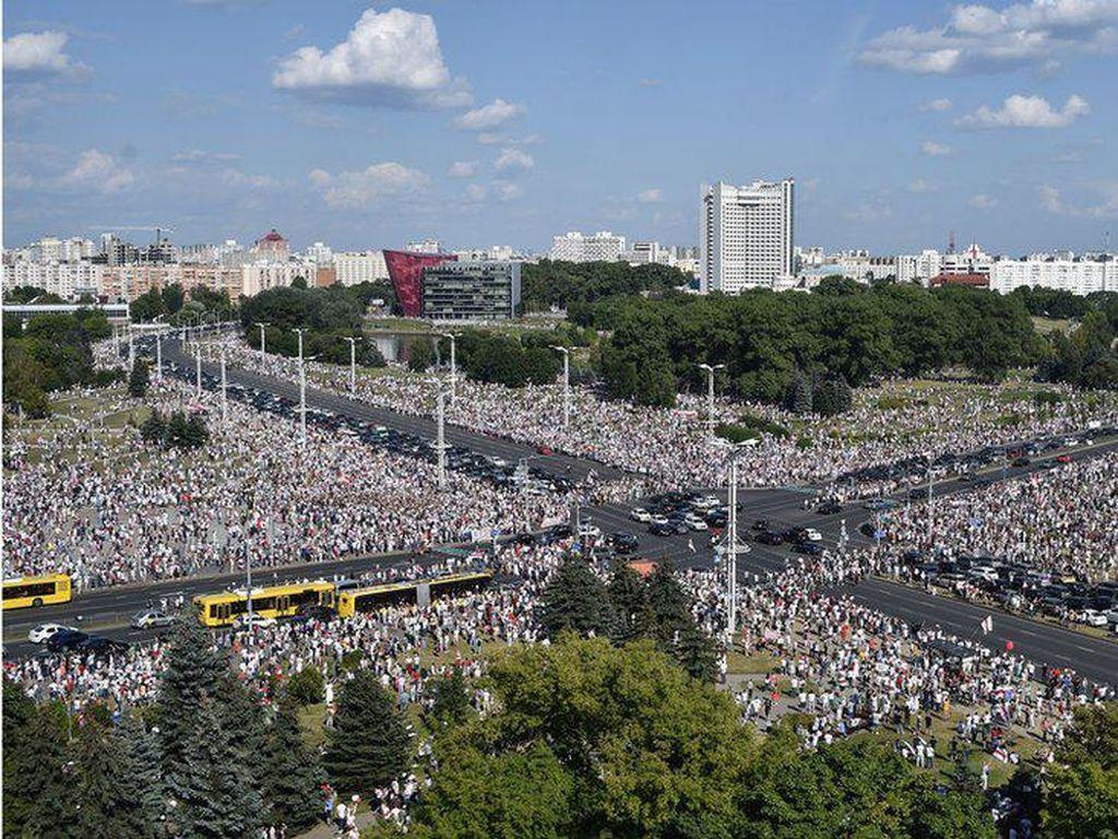 Puluhan Ribu Warga Belarusia Turun ke Jalan Protes Hasil Pilpres
