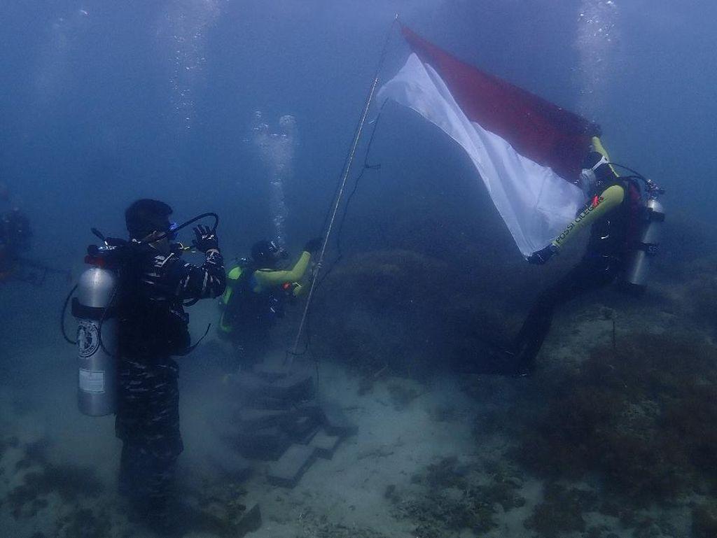 HUT RI Ke-75, Bendera Merah Putih Berkibar di Bawah Laut Selat Sunda