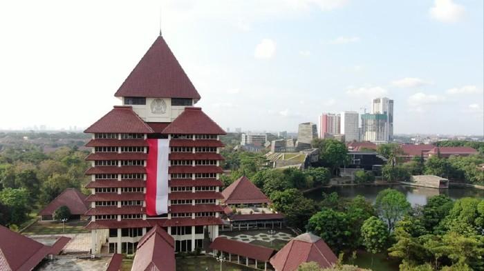 Bendera Merah Putih Raksasa di Gedung Rektorat UI