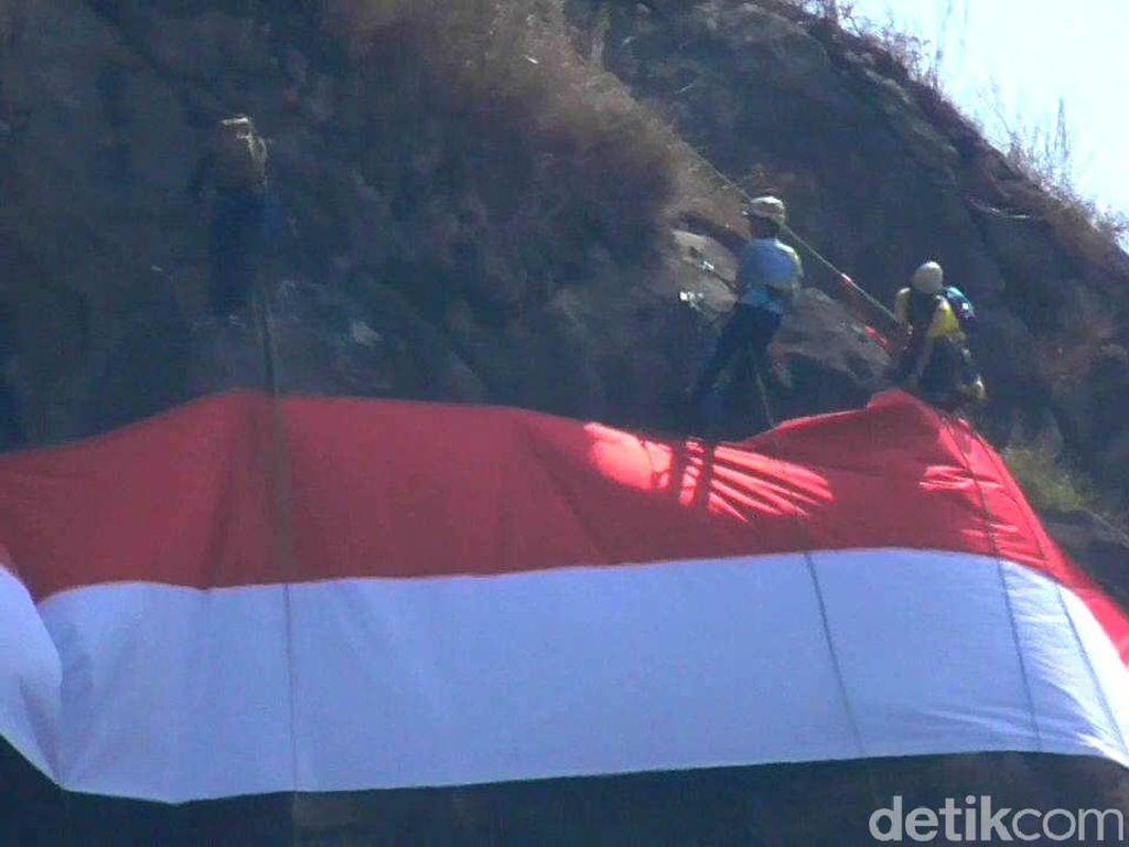 Bendera Sepanjang 27 Meter Berkibar di Puncak Gunung Kecapi Sumedang